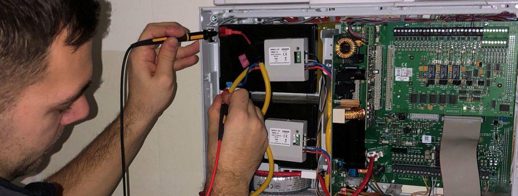 Wartung Brandmeldeanlage mit Batteriemessung der Akkus